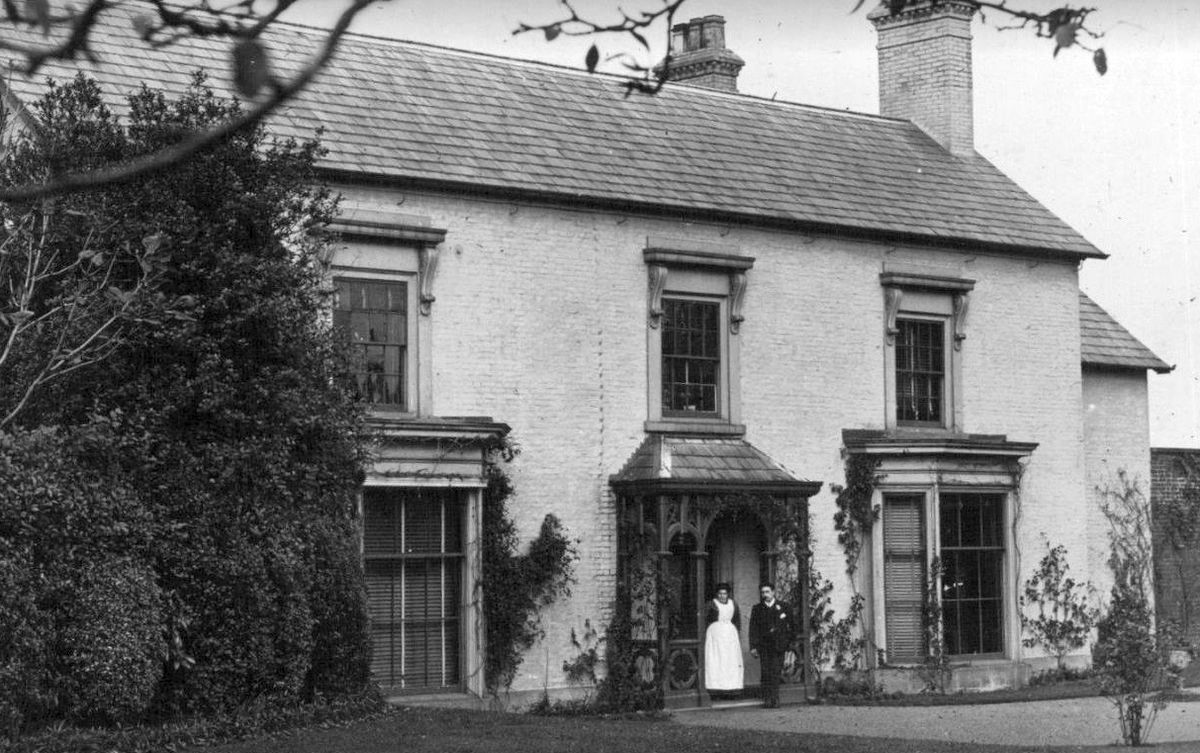 A photo perhaps from around 1920 of Donnington Farm House.