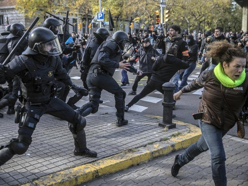 Clashes in Barcelona over Spanish cabinet meeting