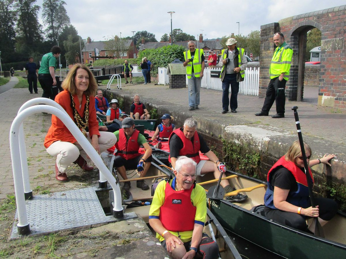 Welshpool mayor, Councillor Allison Davies, talks to some of the paddlers