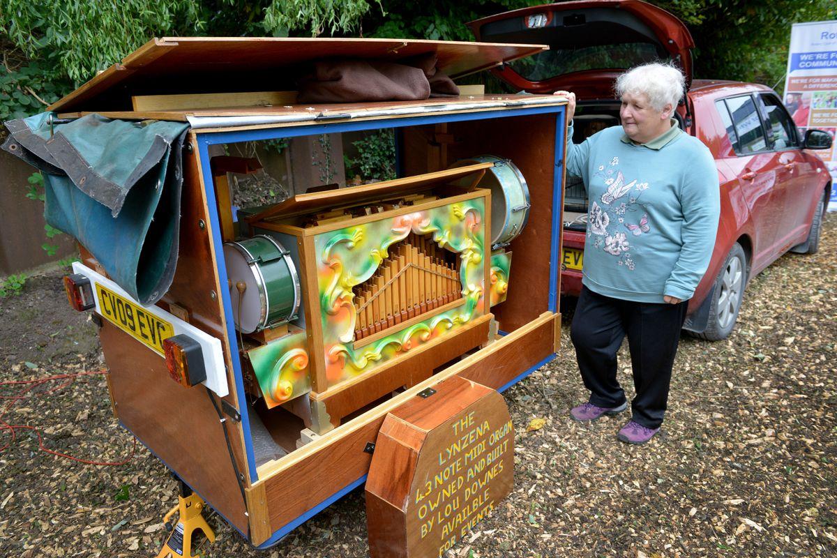 Linda Downes with a 43-note midi organ