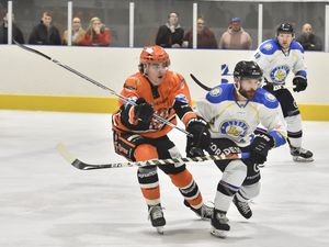 Tigers' Brandon Whistle battles with Sam Zajac (Photo: Steve Brodie)