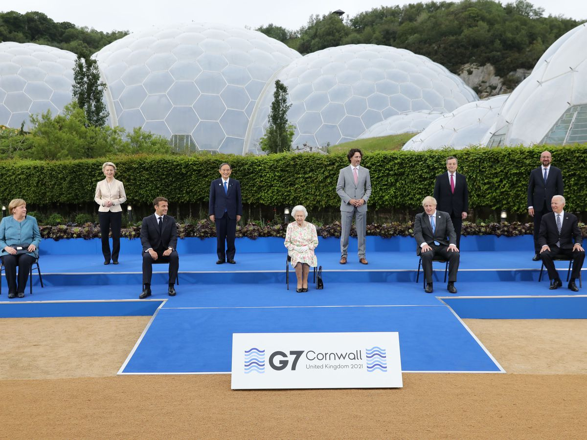 The Queen poses with G7 leaders before a reception
