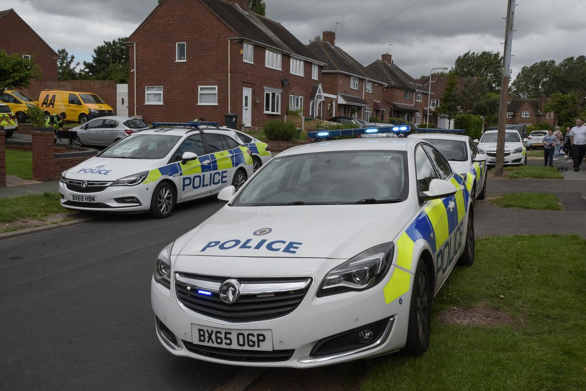 Several police cars arrived at the scene shortly after 12.15pm on Monday. Image: @SnapperSK