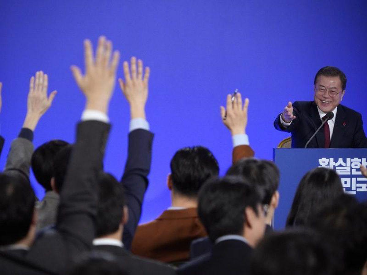 South Korean President Moon Jae-in smiles as reporters raise their hands for questions (Kim Hong-ji (AP)