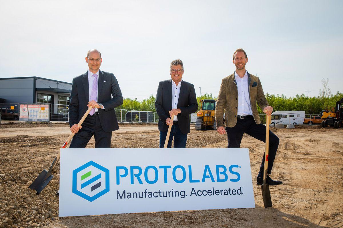 Michael Meier and Daniel Cohn of Protolabs with Edwin Klostermeier, mayor of Putzbrunn, centre