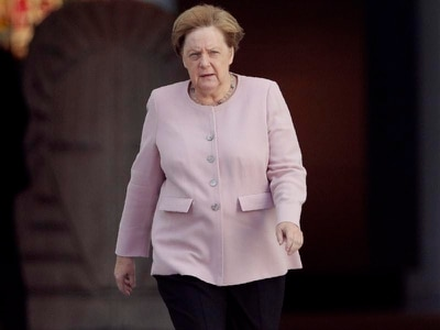 Merkel appears shaking and unsteady at Berlin ceremony