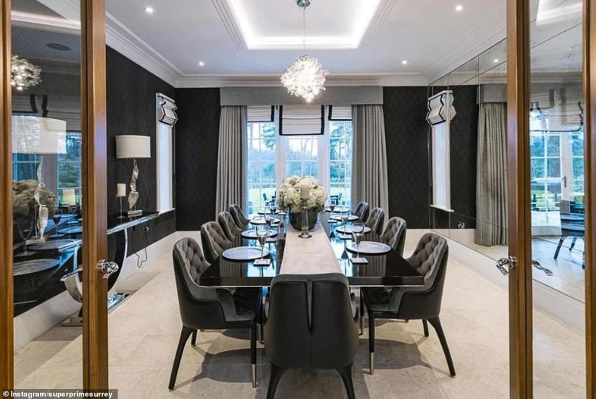 Seating for 10 in a plush dining room