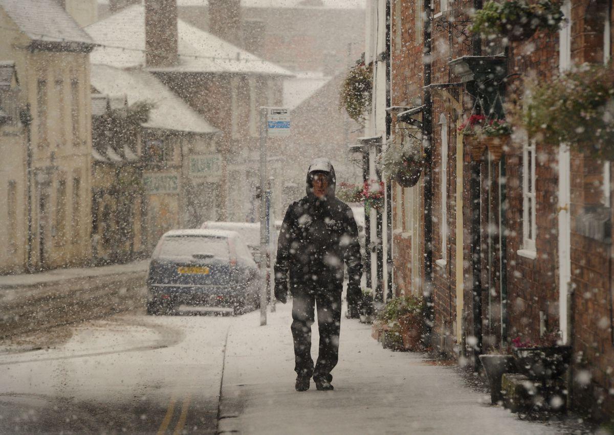 Snow falls on W Castle Street, Bridgnorth