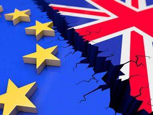Brexit, Wahl, Austritt, EU, Großbritannien, Europa, Referendum, England, EU-Austritt, Ausstieg, Beziehung, Grafik, Illustration, Abhängigkeit, aussteigen, Gefahr, Problem, Entscheidung, Entschlossenheit, Europäische Union, Fahne, Flagge, Individualität, Integration, Isolation, Krise Minderheit, Politik, negativ, Regierung, Skepsis, Souveränität, Unsicherheit, verlassen, Konzept, Veränderung, negativ, Brixit, Darstellung, Abbildung, Bruch, 3D, aktuell, Graben, Abgrund, auseinanderbrechen, exit, Zukunft, zerbrechen, Kollaps.