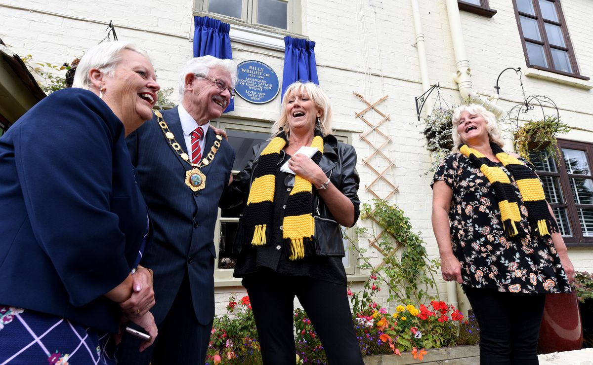 Billy Wright's daughters Vicky and Babette with Mayor and Mayoress Stephen and Shirley Reynolds