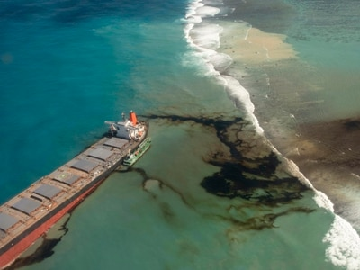 Mauritius races to empty oil tanker before it breaks up