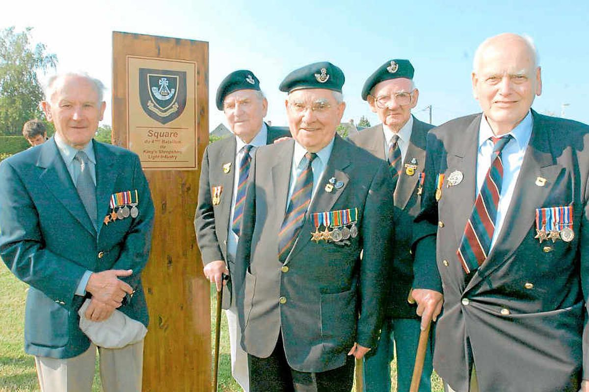 Veterans of 4KSLI, Emyr Thomas, Harry Langford, Len Jones, Ted Jones and Henry Hupfield with a plaque naming the square in Baron-sur-Odon after the battalion