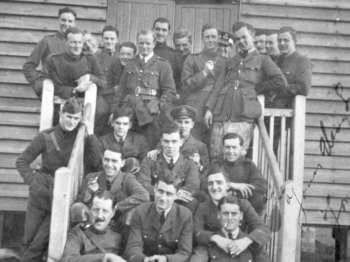 This picture of prisoners – possibly including Tom How – was sent to Hilda Bentley.