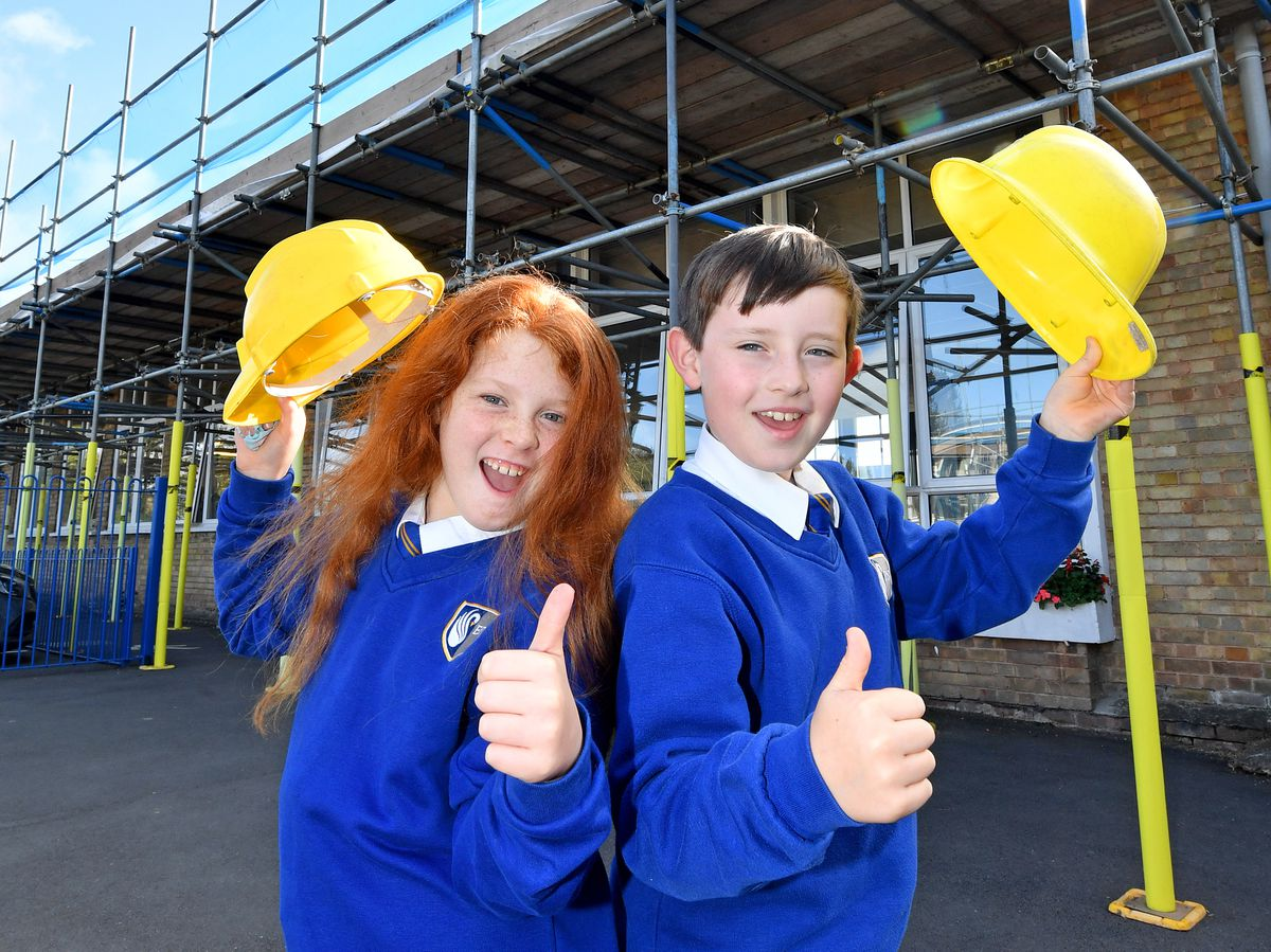 BORDER COPYRIGHT MNA MEDIA TIM THURSFIELD 11/10/21 .Ellesmere Primary School is currently having the whole roof replaced, and classrooms built..Pictured looking forward to the new look school are pupils Connie Burgess and Arlo Norton-Hamilton, both aged 9..