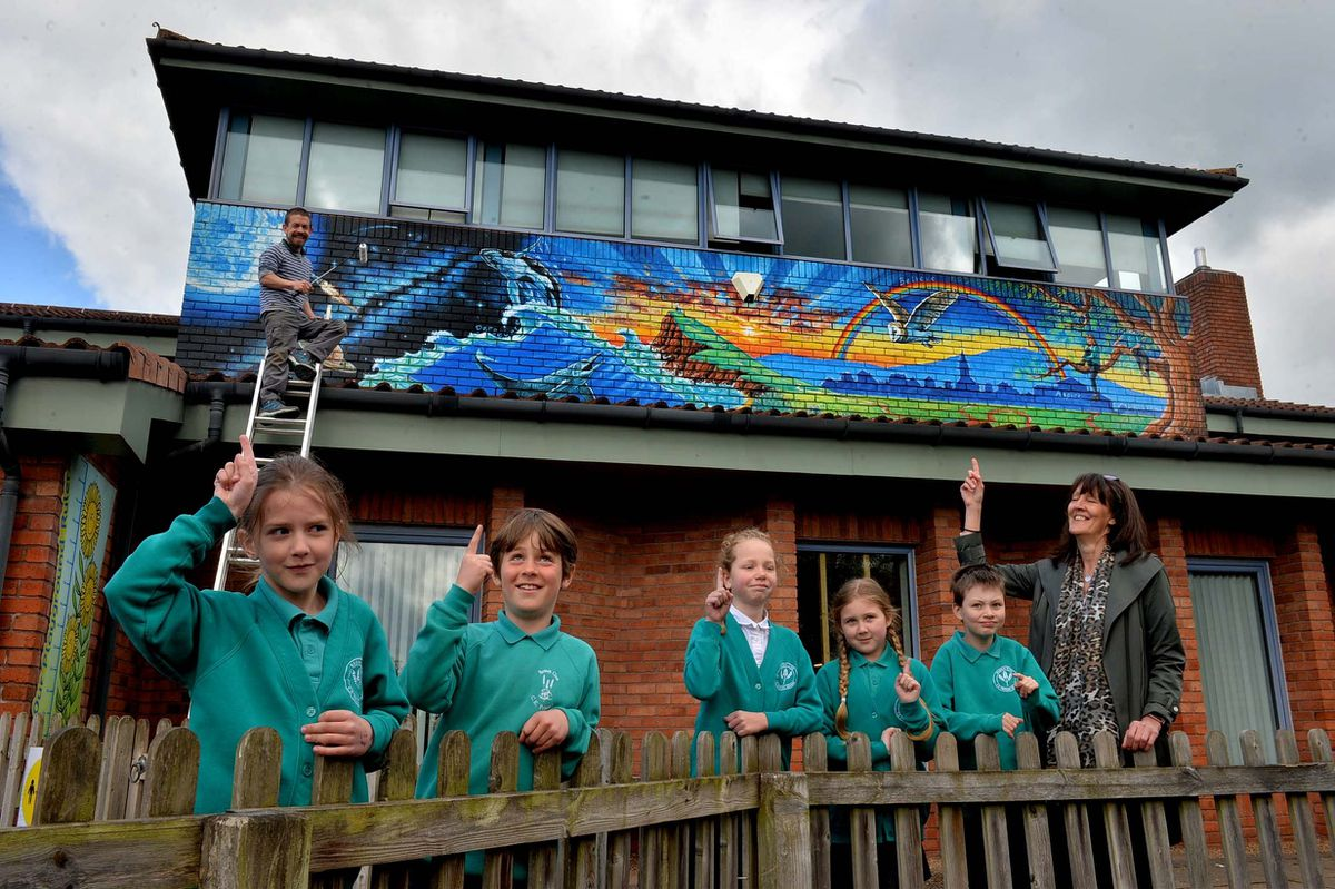 Artist Rory McCann with headteacher Sue Relph and pupils Mia Jones, 7, Ben Watkins, 9, Evie Reeves, 9, Kieran Homer, 9 and Isabelle Jones, 8