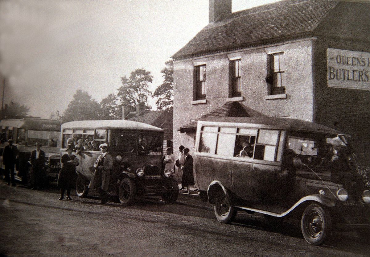 The Queens Head pub at Ketley Sands around 1930. The woman standing by the bus next to man in white cap may be Jane Edge, the landlady, who was murdered at the pub in 1950