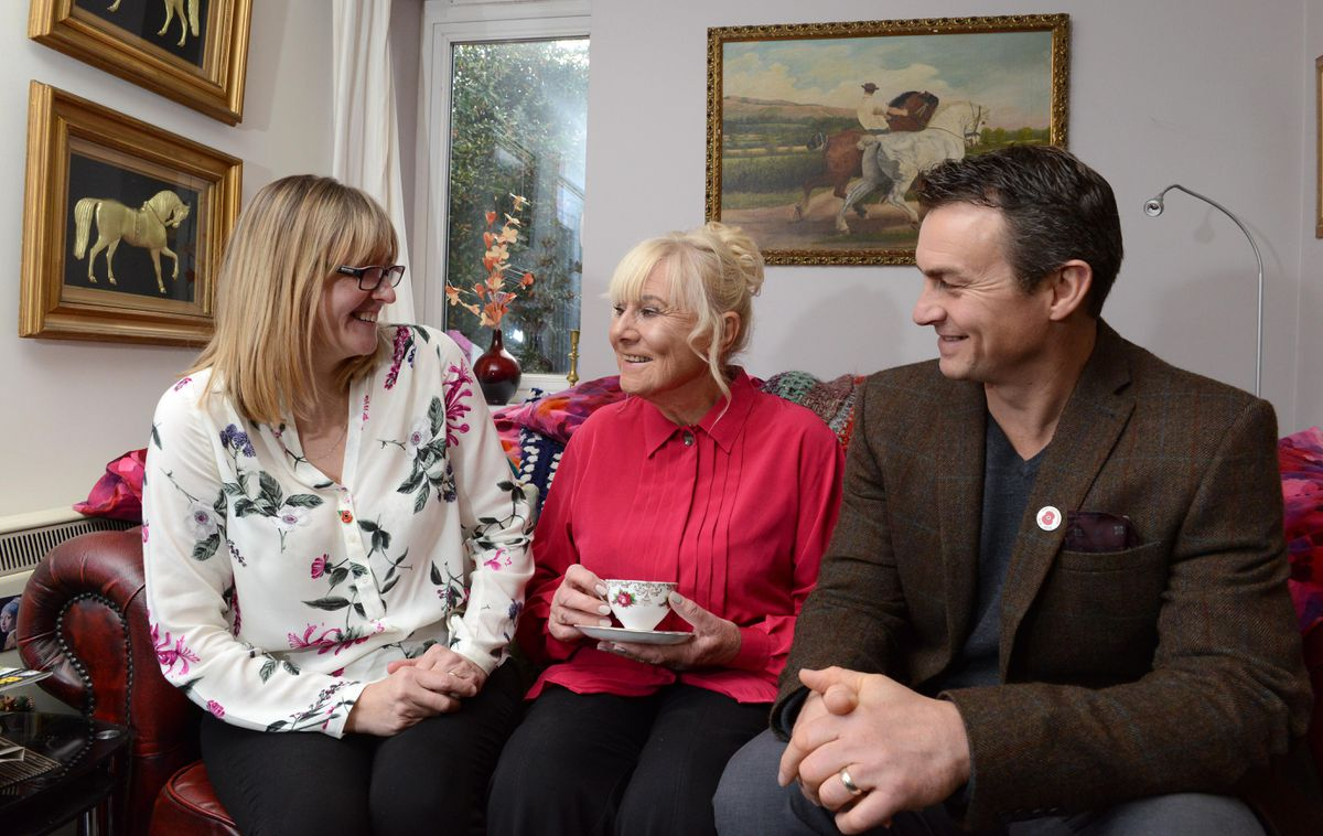 Richie and Jayne Woodhall share a cuppa with 83-year-old Jan Mees-Robinson