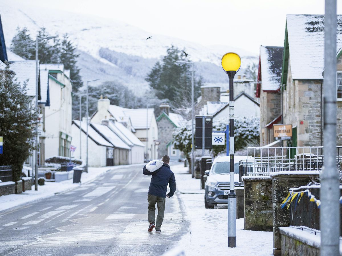 Storm Bella triggers floods in the United Kingdom, cuts off power in France