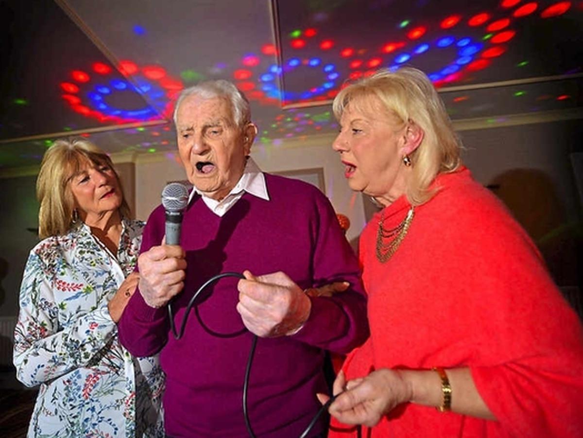 Telford karaoke king Stan, 103, dies
