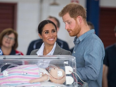 Icing on the cake for Harry as he talks babies with flying doctors