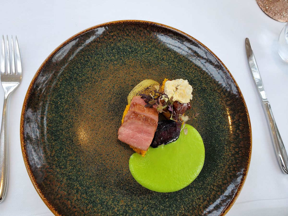 Carrillera de cerdo con salsa de verduras verdes