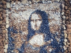 Stona Lisa: Pair recreate masterpieces out of pebbles on beach