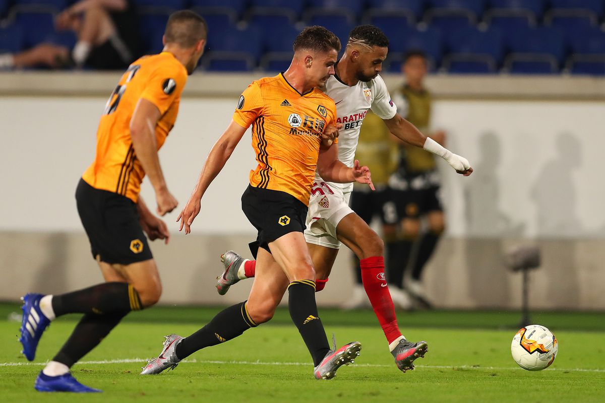 Leander Dendoncker of Wolverhampton Wanderers competes with Youssef En-Nesyri of Seville (AMA)