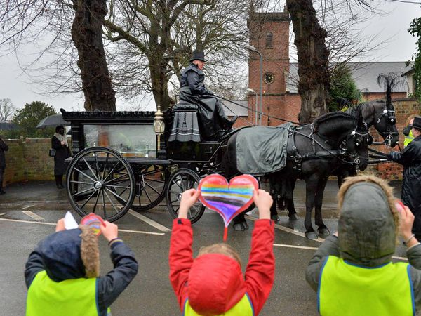 Tribute – School pupils pay their respects to war veteran and fundraising hero Bob Urey who died aged 94