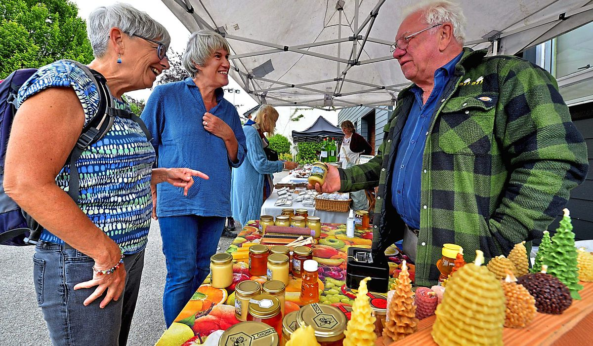 Audrey Ebrey and Fiona Maslen from Staffordshire Moorlands chat to  Michael Fletcher from Presteigne Honey
