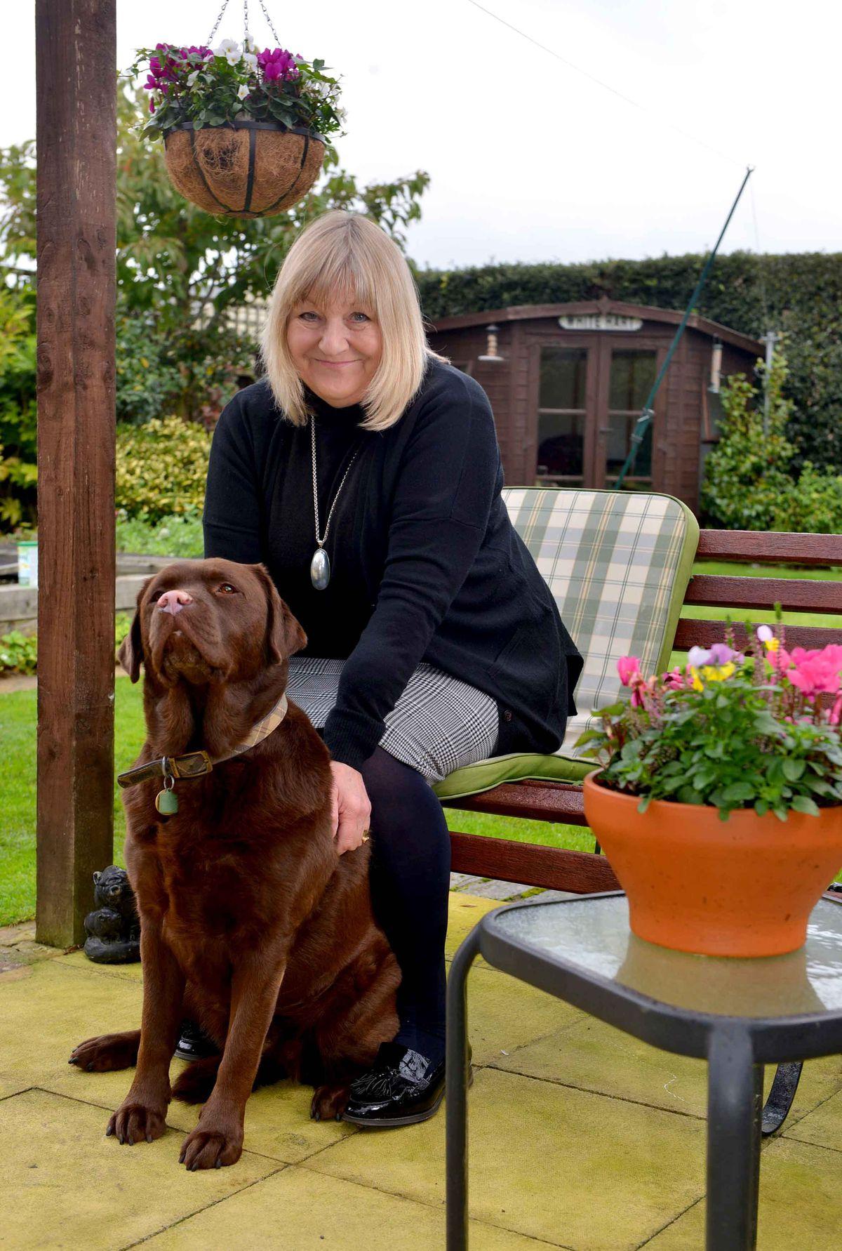 La conseillère Ann Hartley et son chien, Mocha