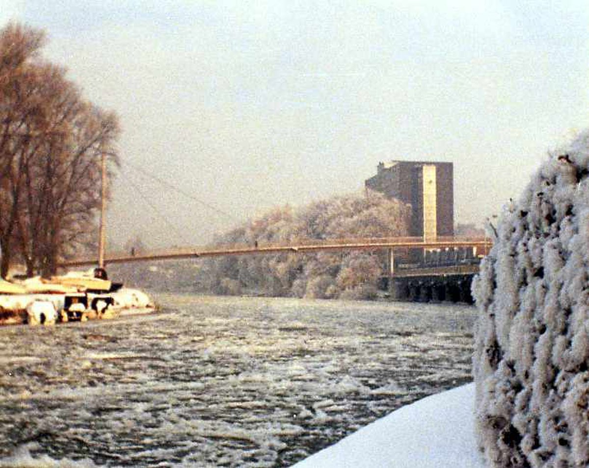The frozen River Severn in Shrewsbury in January 1982 was photographed by lots of you