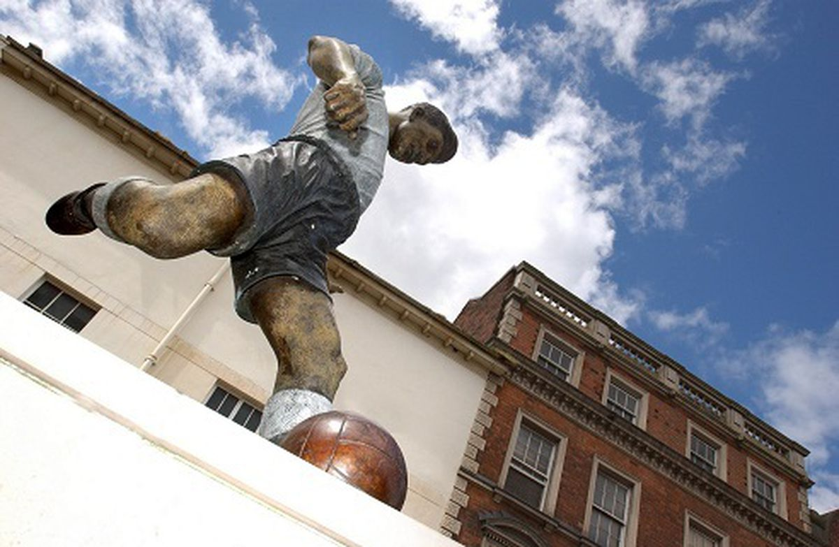The Duncan Edwards statue