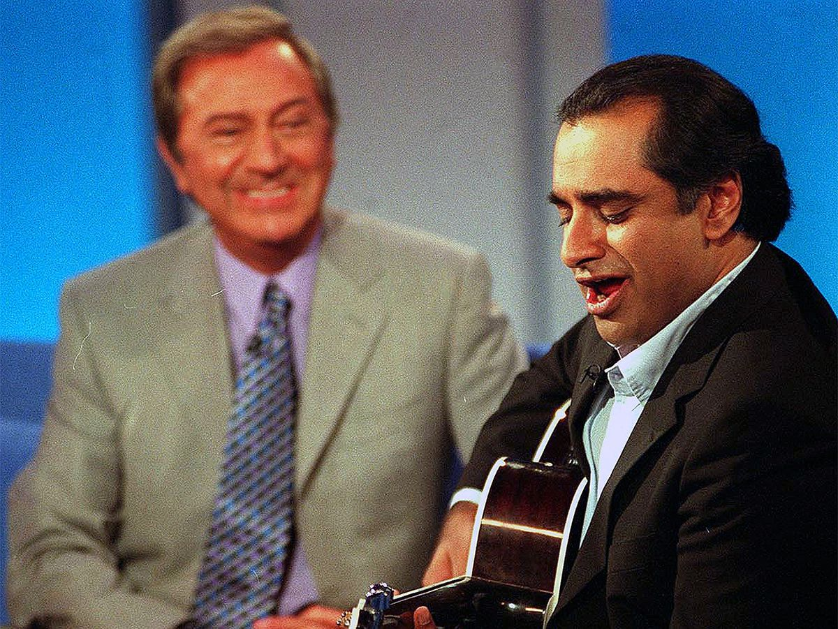 From: THAMESDES O'CONNOR TONIGHT on Friday 03 October 2003Picture shows: DES O'CONNOR and SANJEEV BHASKAR