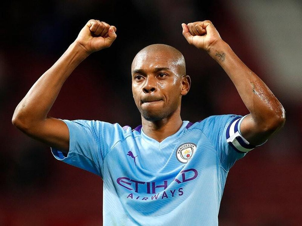 Fernandinho: Manchester City midfielder signs one-year contract extension