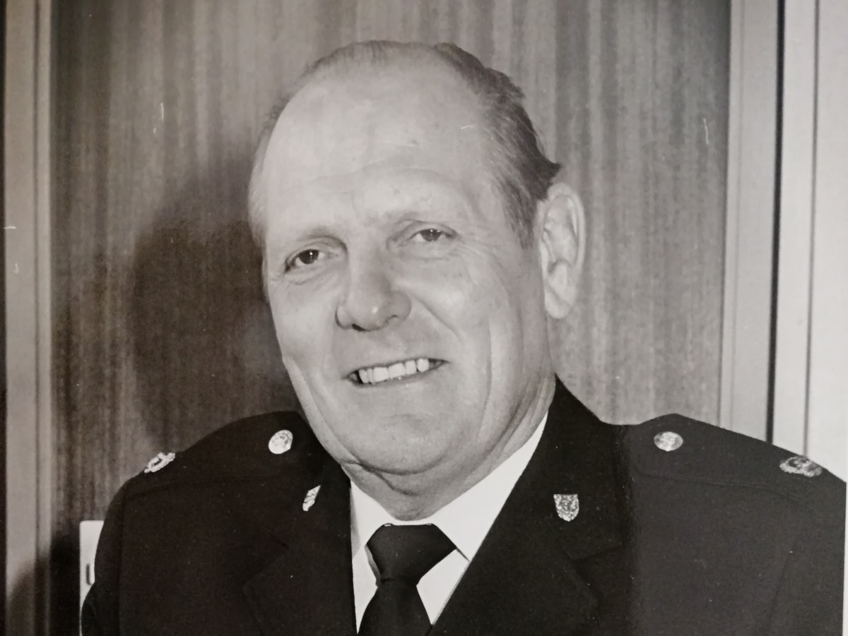 Tributes paid to former police boss