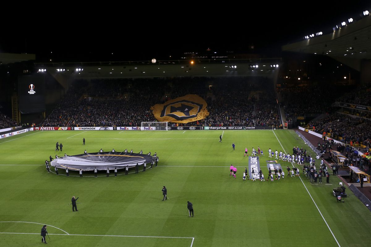Wolves and Espanyol players walking out for the first leg in Molineux (AMA)