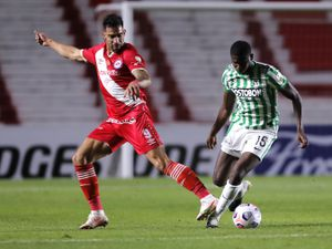 BUENOS AIRES, ARGENTINA - MAY 20: Yerson Mosquera of Atletico Nacional fights for the ball with Gabriel Ávalos of Argentinos Juniors during a match between Argentinos Juniors and Atletico Nacional as part of Group F of Copa CONMEBOL Libertadores 2021 at Diego Maradona Stadium on May 20, 2021 in Buenos Aires, Argentina. (Photo by Juan Ignacio Roncoroni-Pool/Getty Images).