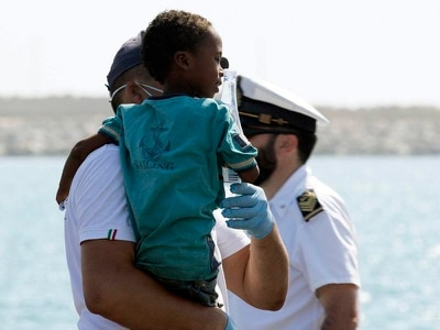Migrants allowed to disembark in Sicily