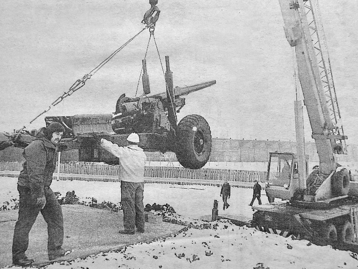 Great guns... one of the artillery pieces is lifted into place at Donnington's roundabout on January 10, 1985.